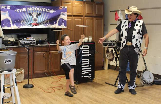 'Moogician' entertains while teaching about cows
